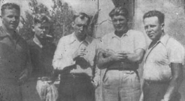 Летчики 1-й авиаэскадрильи на аэродроме Сото, где она базировалась. Третий слева — Михаил Якушин