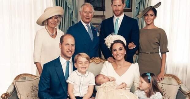 А где королева? В сети появились снимки обновленной королевской семьи Англии