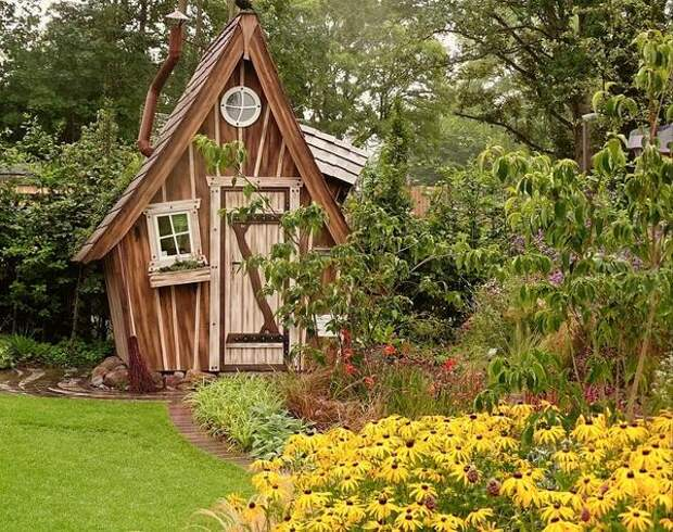 Сказочное решение для оформления садового сарая