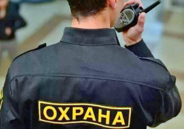 В Петербурге охранник избил школьника, фотографирующего просроченные товары в магазине