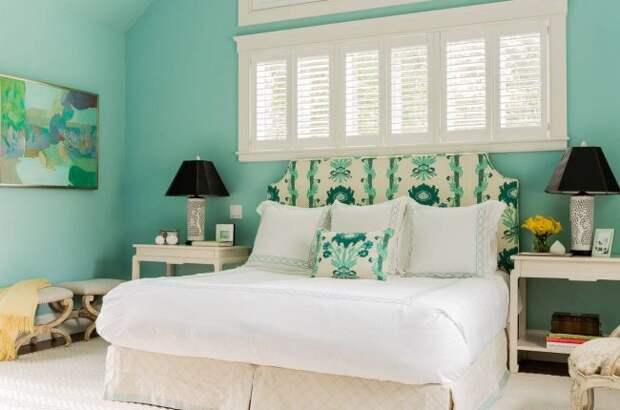 Высокое изголовье кровати с обшивкой в тон декоративным подушкам