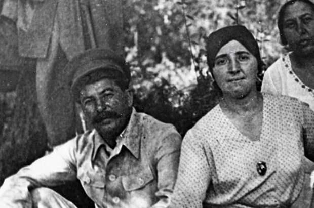 Иосиф Сталин с женой Надеждой Аллилуевой.