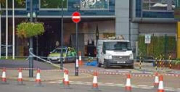 Стеклянная панель упала на пешехода в Лондоне