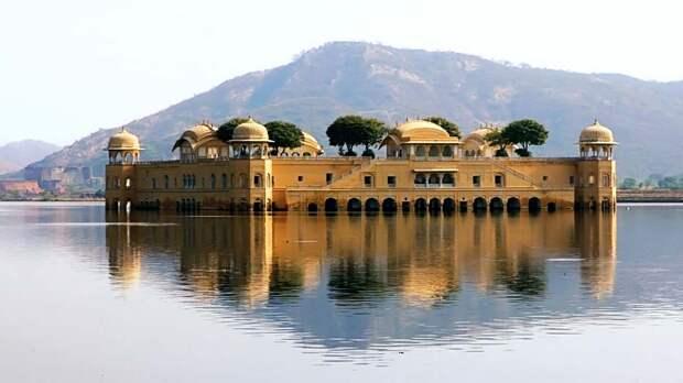 Джал-Махал — дворец на воде в Джайпур, Индия