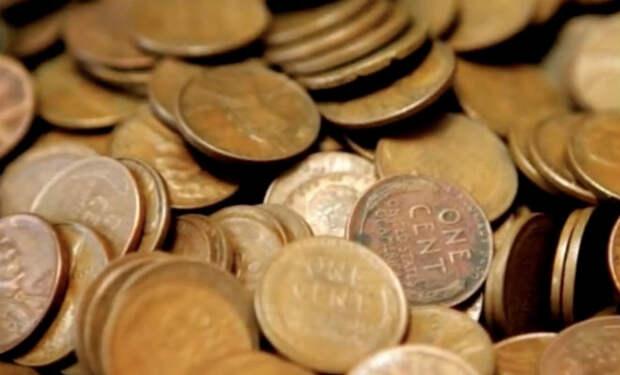 Мужчина 40 лет собирал монеты в бутылки, а потом отвез их в банк