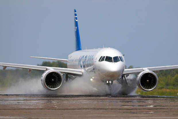 Начались испытания самолета МС-21-300 по защите от попадания воды в двигатели