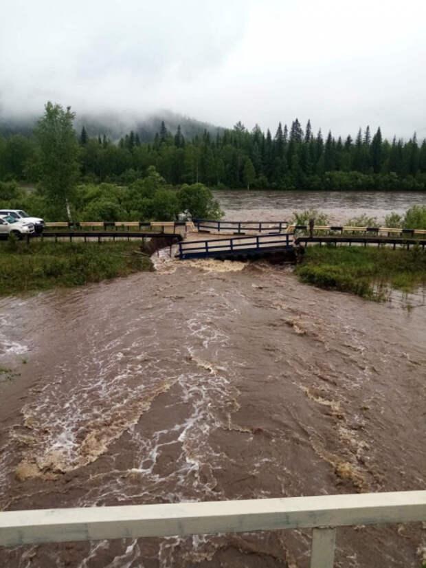 Мост через реку обрушился в Красноярском крае из-за дождей
