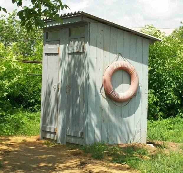А есть ли у вашего сортира спасательный круг? деревенский сортир, прикол, сортир, туалет, юмор, японский сортир