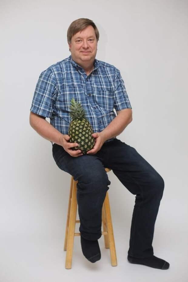 """8. """"В прошлом году папа пытался вырастить ананас, и наконец-то у него получилось. Посмотрите, насколько он горд"""" забавно, отцы, папы, подборка, приколы, смешно, фото, юмор"""