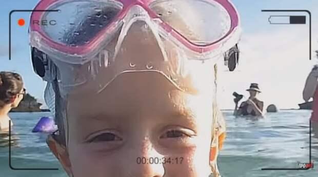 Мама и дочь просто купаются? А теперь присмотритесь внимательней!