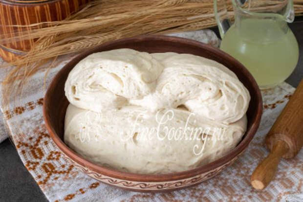 Только посмотрите, насколько пышное и воздушное тесто на сыворотке без яиц! Вкуснейшие лепешки с любимой начинкой (хоть на сковороде, хоть в духовке), пирожки, булочки, хлеб - все это можно запросто сделать на таком тесте