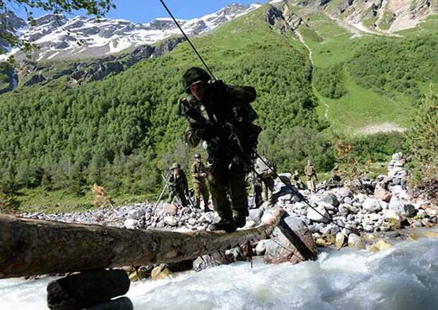 Военные альпинисты РФ преодолели горную реку Терскол в ходе подготовки к конкурсу «Эльбрусское кольцо»