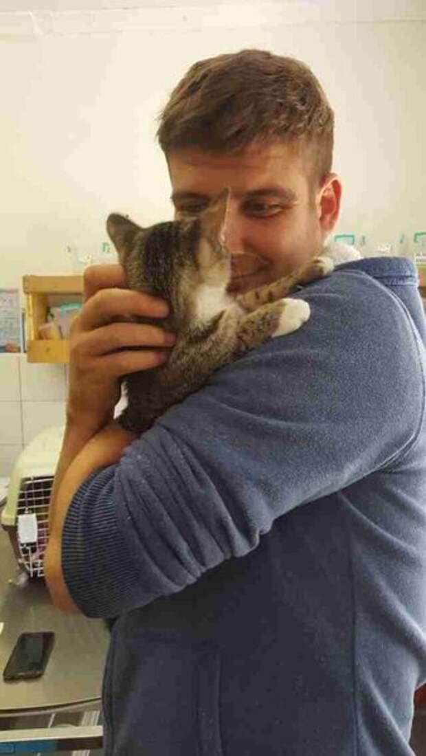 Слепой котенок сразу же влюбляет в себя спасителя