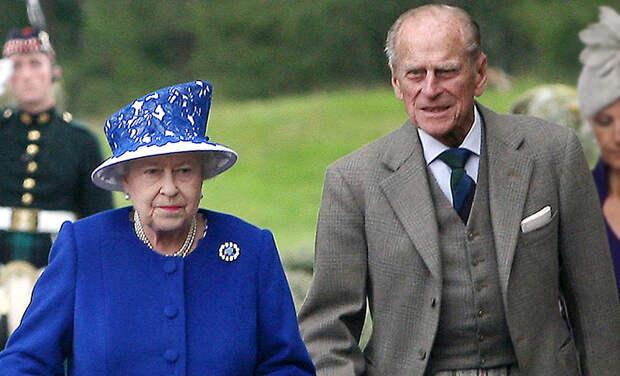 Частный джет и компания дорги: Елизавета II и принц Филипп прилетели в Балморал