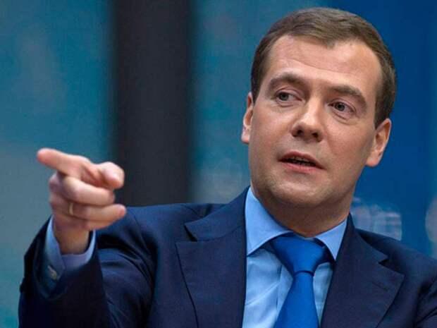 Медведев предложил отправлять проворовавшихся чиновников в тюрьму, кто же тогда будет работать