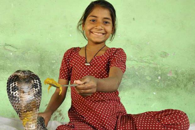 Индийская девочка-кобра, которая живет со змеями