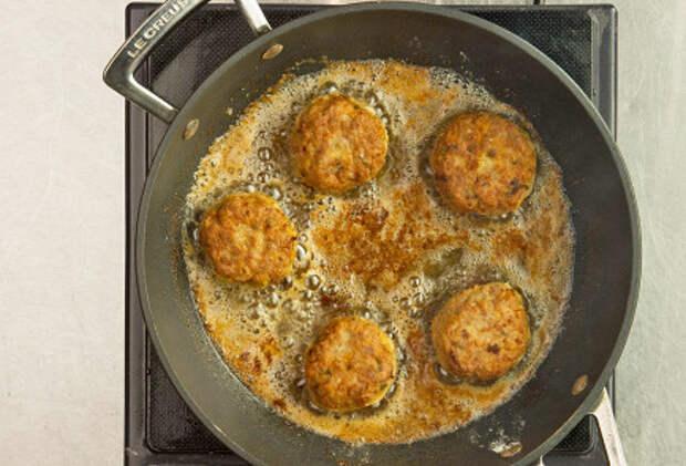 Фото приготовления рецепта: Кефтедес - шаг 5