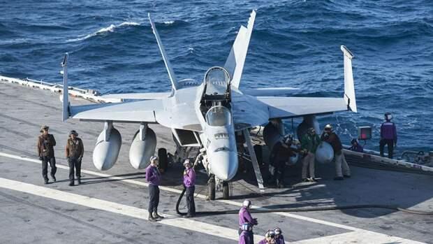Палубный истребитель-бомбардировщик Boeing F/A-18E «Супер Хорнит» ВМС США на палубе авианосца «Рональд Рейган»