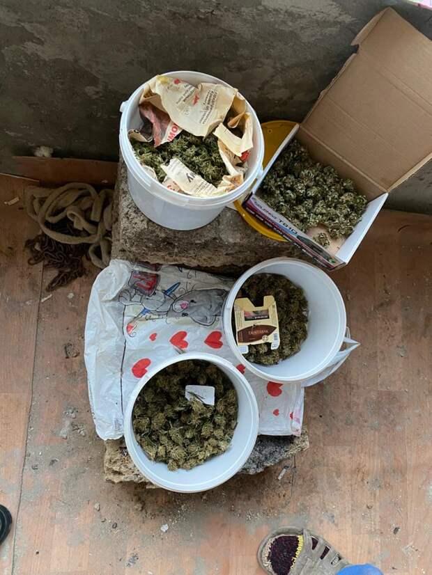 Крымские пограничники нашли в доме жителя Сакского района коноплю, марихуану и гашиш