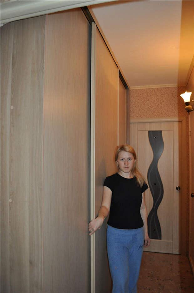 Трехпанельный шкаф-купе женскими руками