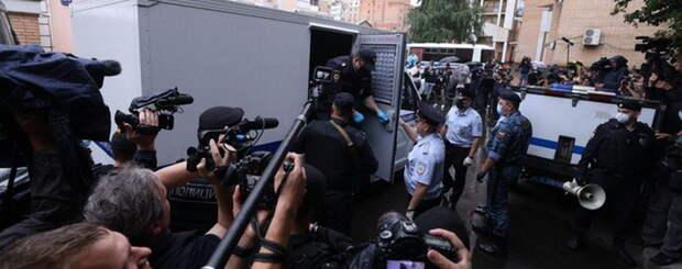 Под крики «Невиновен! Свободу!» Ефремова погрузили в автозак