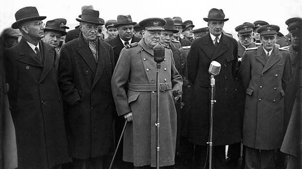 На первой же встрече со Сталиным Керр (на фото — слева от Черчилля) сказал, что готов играть роль скромного почтальона между ним и Черчиллем. Но обмен посланиями далеко не всегда проходил легко и просто