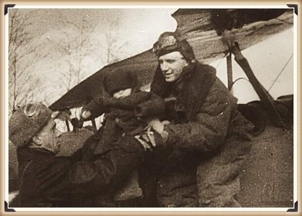 Александр Мамкин принимает ребенка для посадки в самолет перед своим последним вылетом