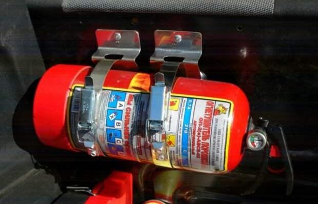 Как правильно держать огнетушитель в машине.