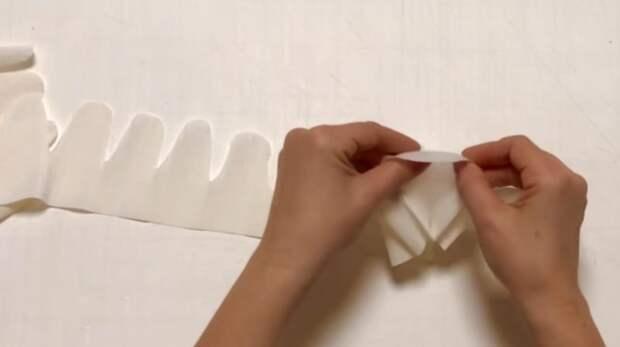 Удачный и простой декор стены из гофрированной бумаги. Украсит собой любой интерьер