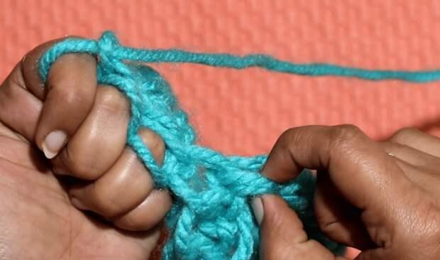 Нестандартный подход к вязанию: простая техника, позволяющая вязать прямо на руках