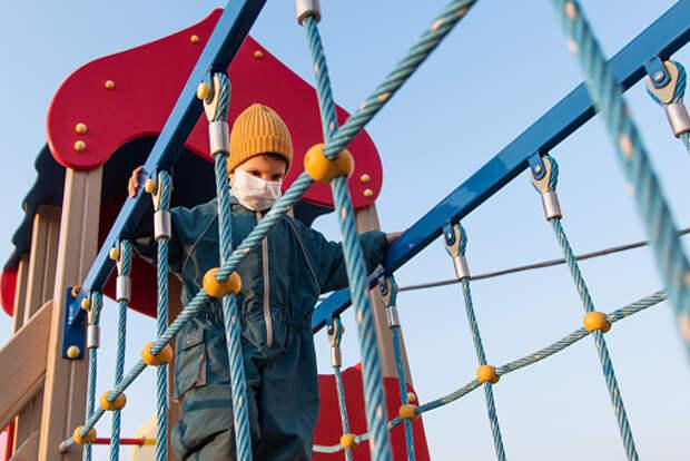 Коммунальщики починили качели на детской площадке на Декабристов