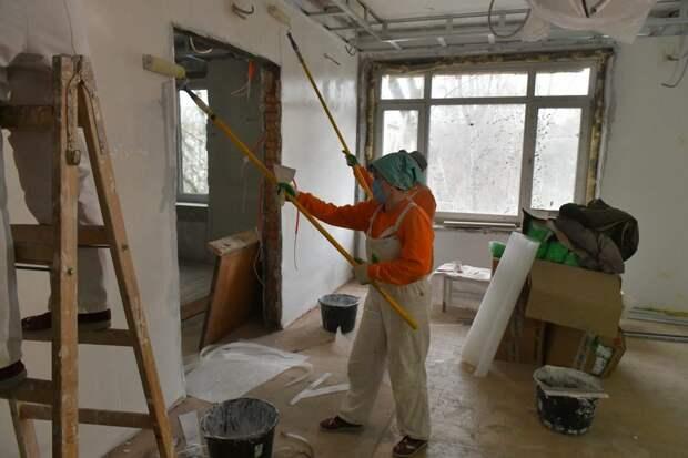 Маляры за работой в филиале №2 поликлиники №48/ фото Денис Афанасьев
