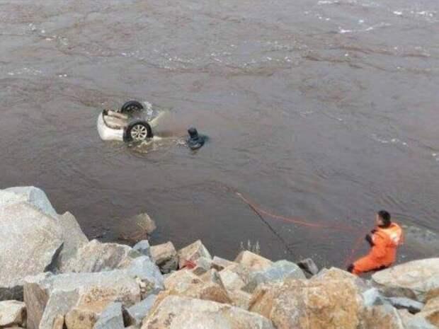 Спасатели вытащили труп водителя из утонувшего автомобиля