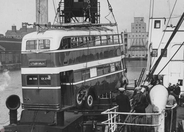 Отгрузка троллейбуса English Electric для Москвы в одном из портов Великобритании, 1937 год. СССР, авто, автобус, кино, москва, общественный транспорт, троллейбус