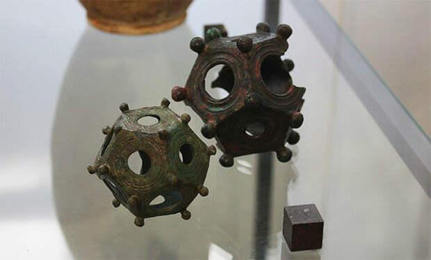 Музейные экземпляры римских додекаэдров