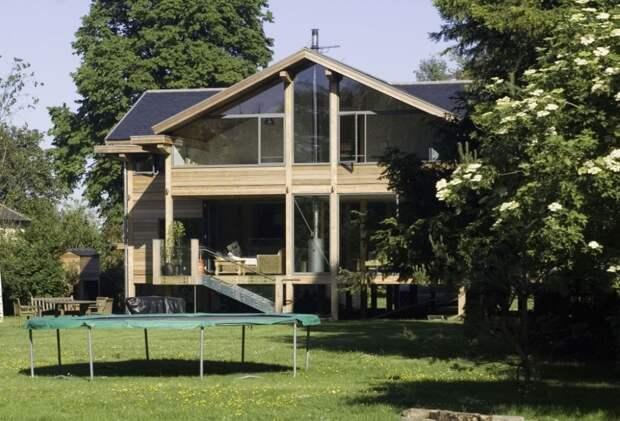 Дом с традиционным дизайном, симметричным фасадом и достаточно простой кровлей.