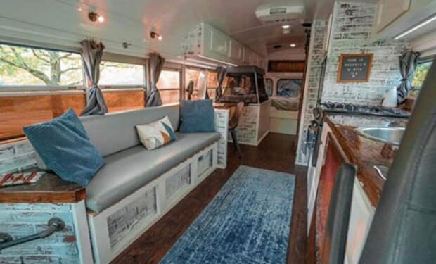 У мужчины не было денег на жилье и тогда он купил списанный автобус, и сам начал делать в нем ремонт