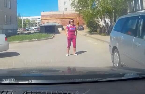 """""""Королева"""" местного двора встала поперек дороги и сказала: """"Я тебя не пущу, ты не проедешь!"""""""