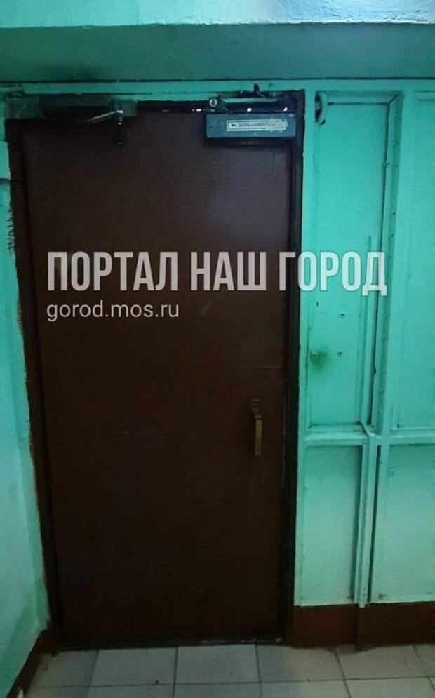 Гостеприимство в доме на Туристской улице закончилось после ремонта двери