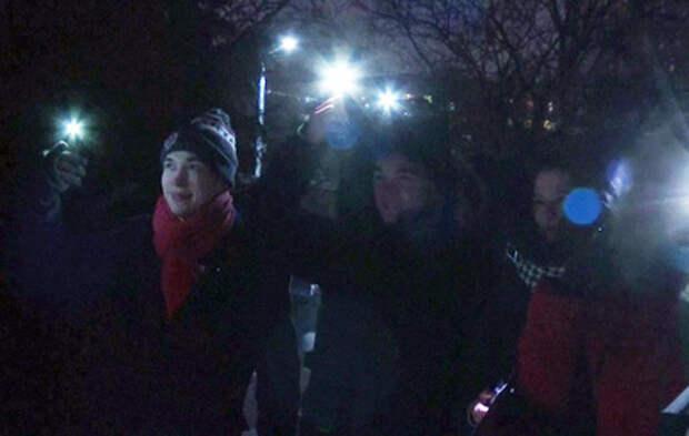 """В России прошел флешмоб с фонариками """"Любовь сильнее страха"""""""