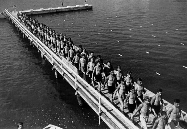 Красноармейская купальня. Аркадий Шайхет, январь 1932 года, г. Николаев, из архива МАММ/МДФ.