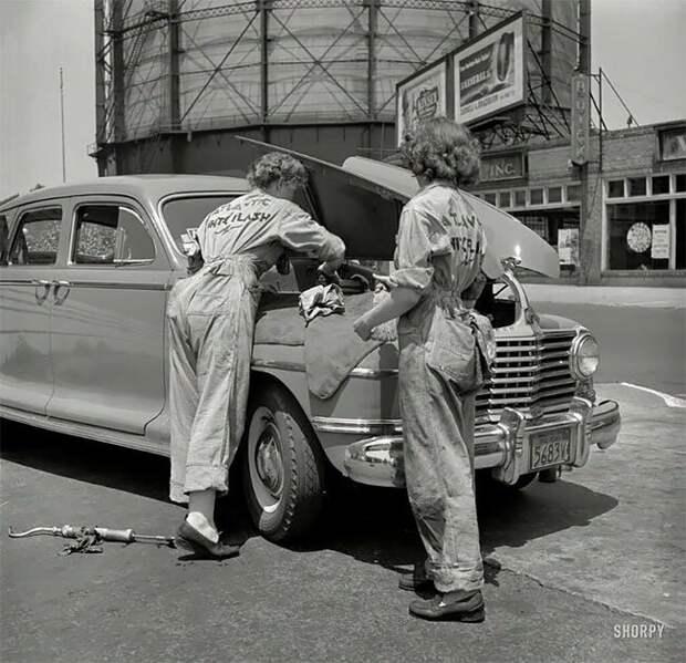 Женщины-автомеханики в автомастерской Atlantic Refining Company. Филадельфия, штат Пенсильвания, июнь 1943 года 20 век, автомеханик, женщина 20 век, женщина и авто, женщина и машина, механики, ретро фото, старые фото