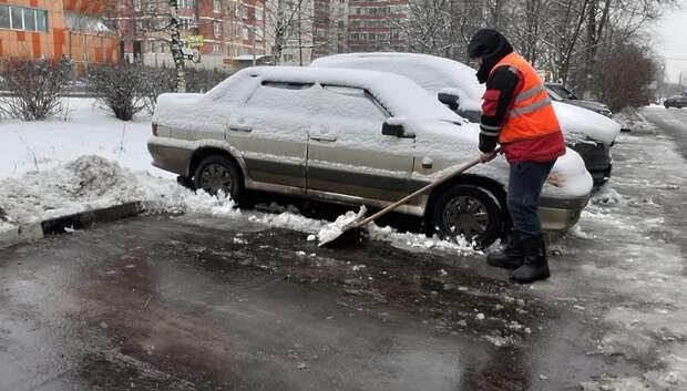 Свыше 160 коммунальщиков вышли на уборку дорог Подольска от снега
