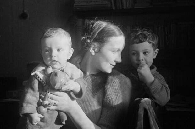 Оксана Фридлянд, жена фотографа, с сыновьями.