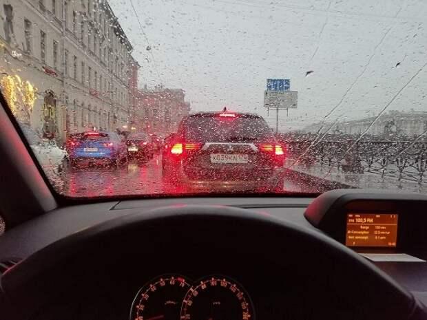 «Ведется уборка снега»: Петербург встал в пробках