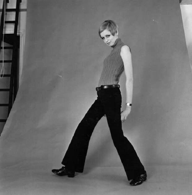 Из всех модных тенденций в истории брюки-клеш являются одними из самых противоречивых предметов гардероба.