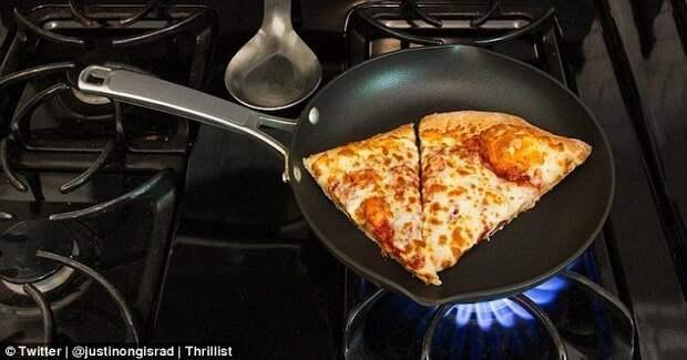 Казалось бы, о чем тут говорить - это просто совет разогревать оставшуюся пиццу на сковородке. Но обычно все суют ее в духовку или в микроволновку. Поверьте, если разогреть ее на сковородке, она будет намного вкуснее. готовка, готовка еды, лайфхаки, на кухне, полезные советы, советы, советы бывалых