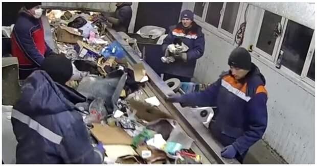 Сотруднику предприятия по сортировке мусора попался кот в мешке