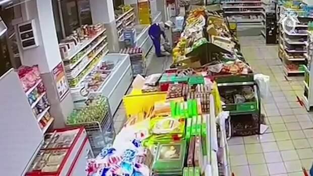 На видео мужчина, задержанный по делу об отравлении арбузами, выполняет работы по...