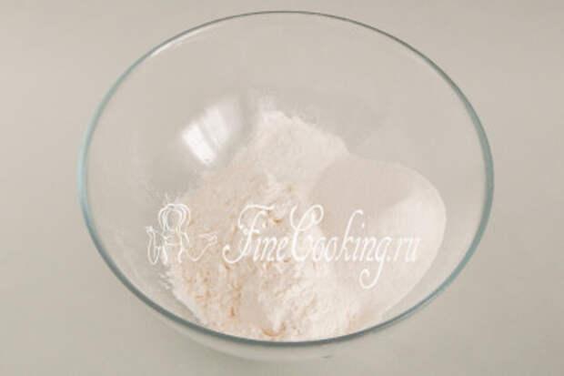 Первым делом важно подготовить сухую смесь для бисквитного теста